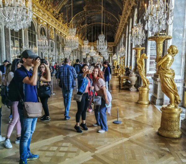 Turistas en el palacio de Versalles cerca de París