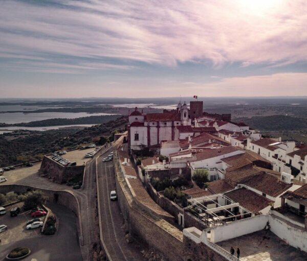 Monsaraz junto al Lago Alqueva en Portugal
