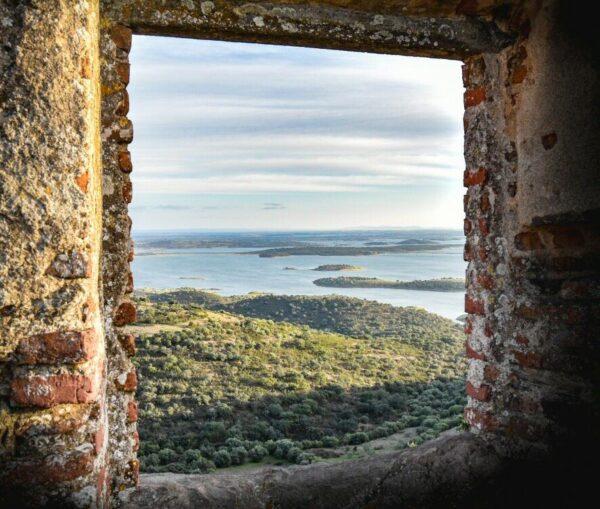 Vistas del Lago Alqueva desde Monsaraz en Alentejo de Portugal