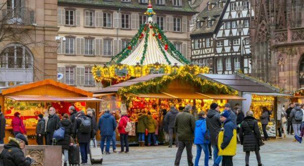 Mercadillo navideños junto a la catedral de Estrasburgo en Francia