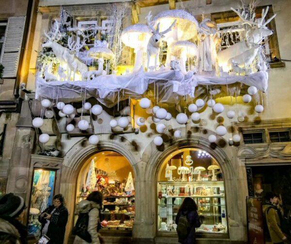 Decoración navideña en tienda del centro de Estrasburgo