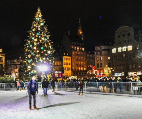 Gran abeto de Navidad en la plaza Kleber de Estrasburgo
