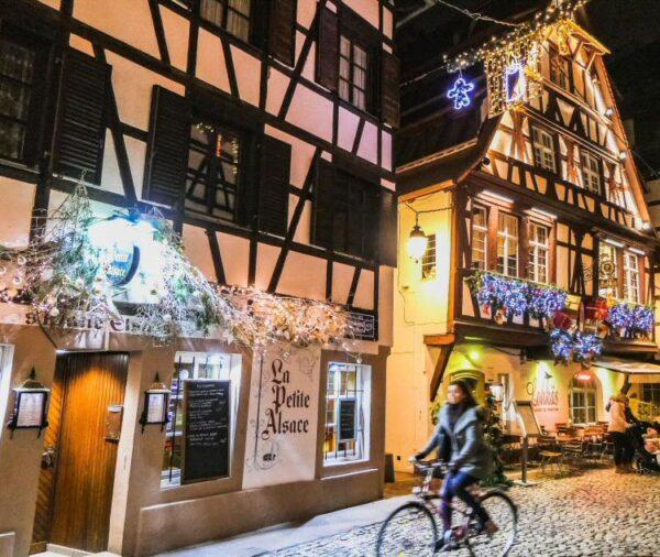 Decoración navideña en el centro de Estrasburgo en Francia