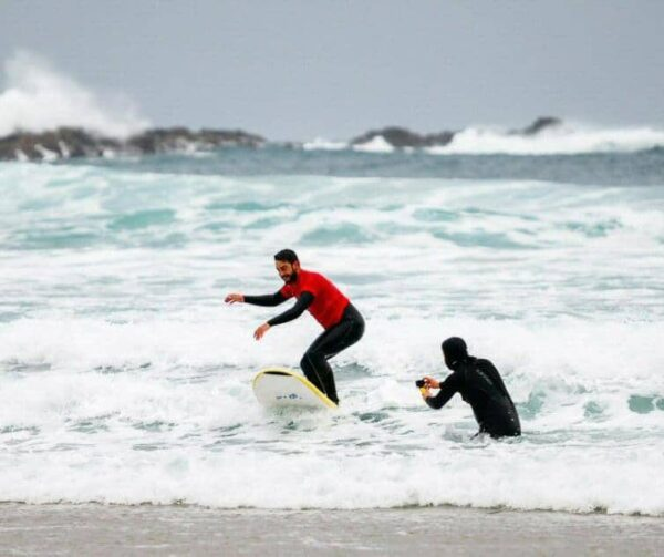 Surf en la playa de Pantín en Valdoviños cerca de Ferrol @Fotor: Machbel
