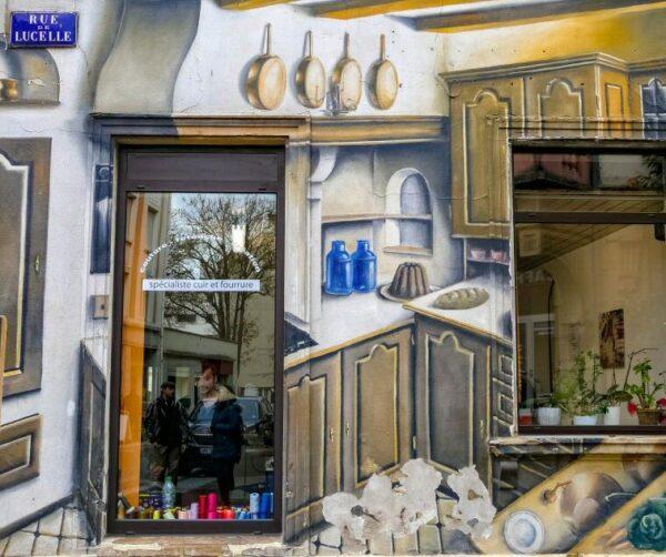 Arte urbano en la fachada de una tienda de Mulhouse en Alsacia