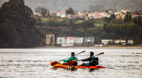 Kayak por una ría de Ferrolterra en Galicia @Foto: Machbel