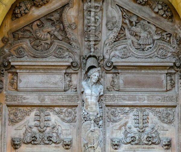 Puerta del Palacio de Justicia en Dijon