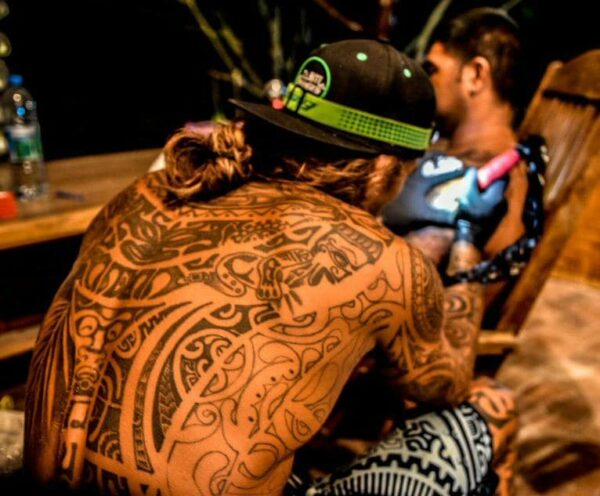 Taller de tatuajes en Rangiroa en Polinesia Francesa