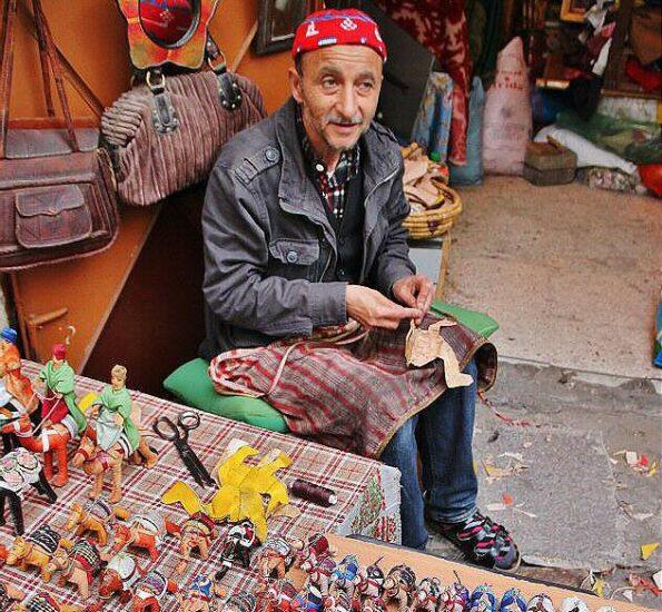 Artesano en la Medina de Tánger al norte de Marruecos