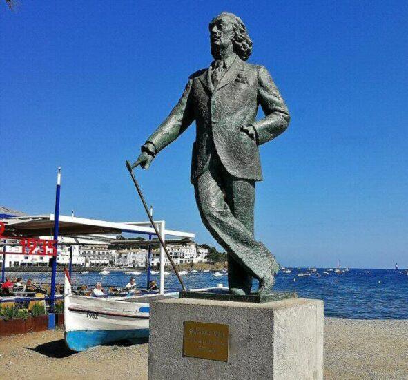 Estatua de Dalí en Cadaqués en la Costa Brava de Cataluña