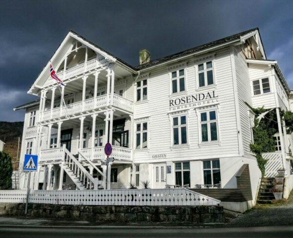 Hotel en Rosendal en el fiordo Hardanger en Noruega