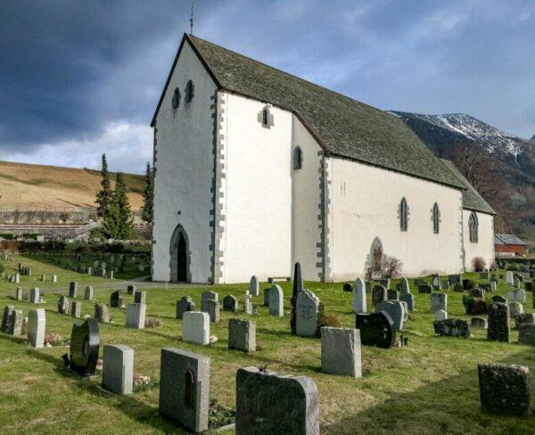 Iglesia medieval de Rosendal en Fiordo Hardanger en Noruega