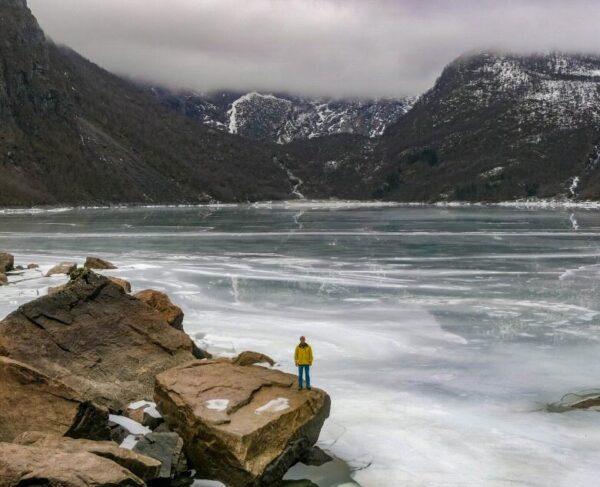 Lago helado cerca de Sundal en Fiordo Hardanger en Noruega