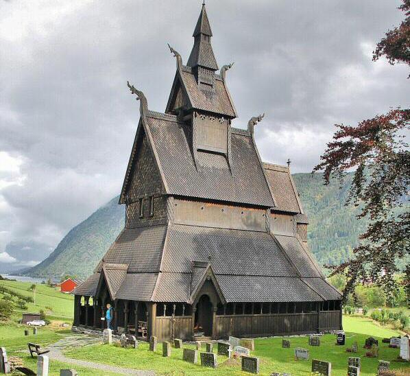 Iglesia de madera de Vik en fiordos noruegos