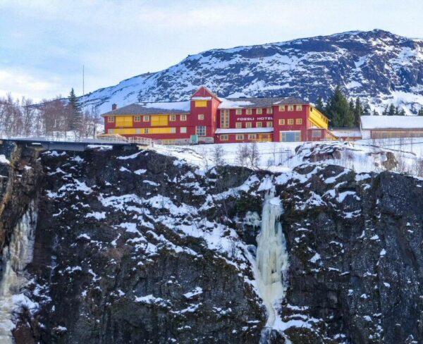 Hotel en la cascada Voringfossen en Fiordo Hardanger en Noruega