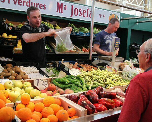 Puesto de fruta en el Mercado de Vinaroz en Castellón