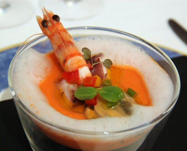 Salmorejo con salpicón de mariscos en restaurante El Faro de Vinaroz