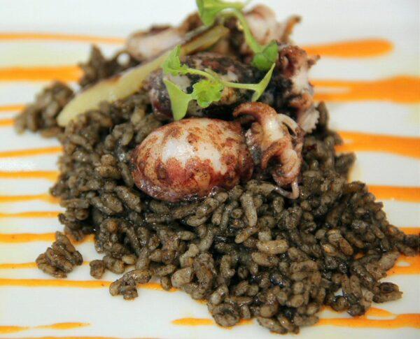 Arroz negro con sepionet en restaurante El Faro en Vinaroz