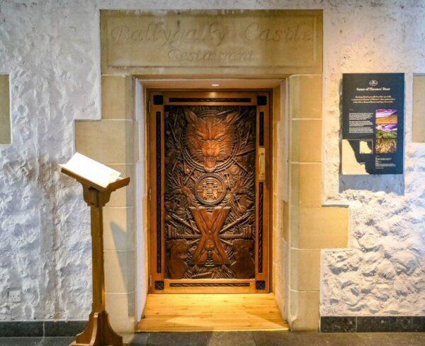 Puerta de Juego de Tronos en el castillo de Ballygolly en Irlanda del Norte