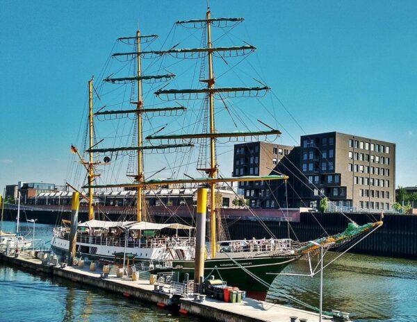 Barco de vela Alexander von Humboldt en el puerto de Bremen