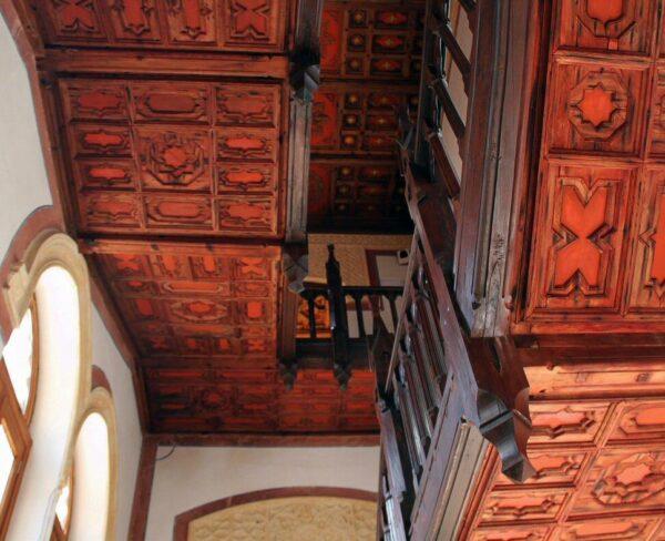 Artesonado en escaleras de castillo de Belmonte en Cuenca