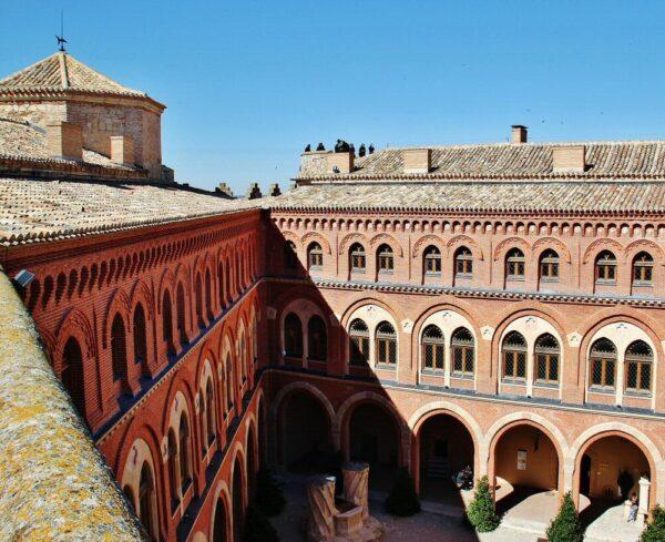 Patio central del castillo de Belmonte en Cuenca