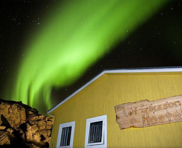 Aurora boreal sobre el Leif Eriksson Hostel en Groenlandia
