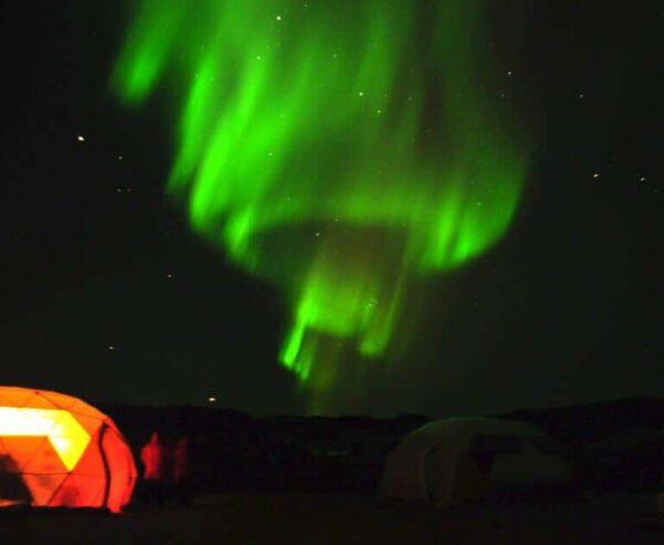 Auroras boreales en campamento de Qaleraliq en Groenlandia