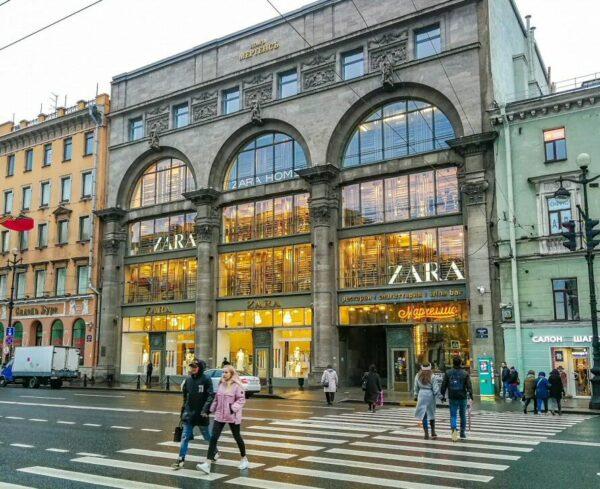 Tiendas internacionales en avenida Nevsky de San Petersburgo