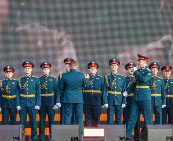 Coros del Ejército Ruso en el Día de la Victoria en San Petersburgo