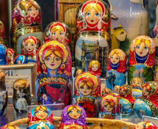 Típicos souvenirs rusos en Tienda de los Eleseev de San Petersburgo