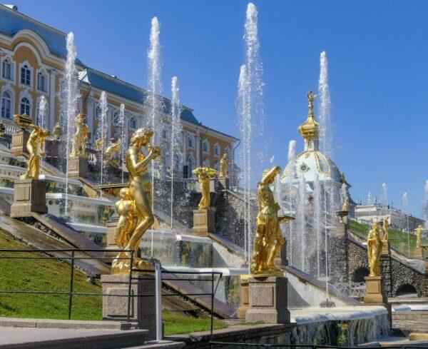 Jardines del palacio de verano Peterhof en San Petersburgo