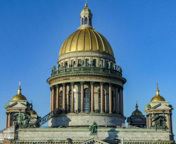 Cúpula de catedral de San Isaac en San Petersburgo