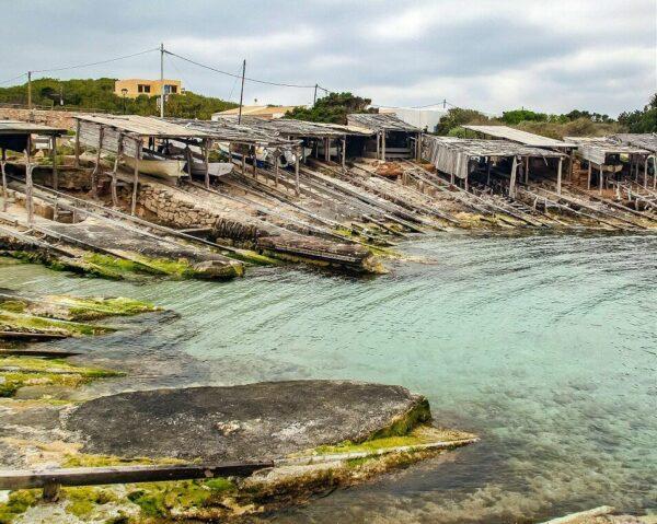Puerto natural de Es Caló de San Agustín en Formentera en Baleares