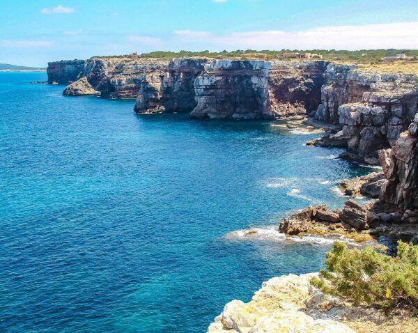 Acantilados en la isla de Formentera en Baleares