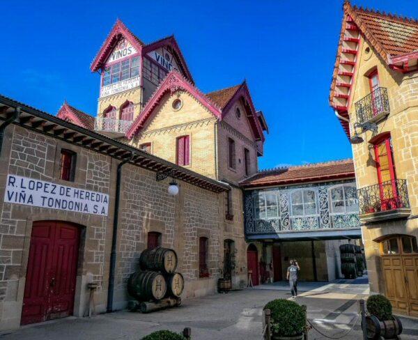 Bodegas López Heredia en el Barrio de la Estación de Haro en La Rioja