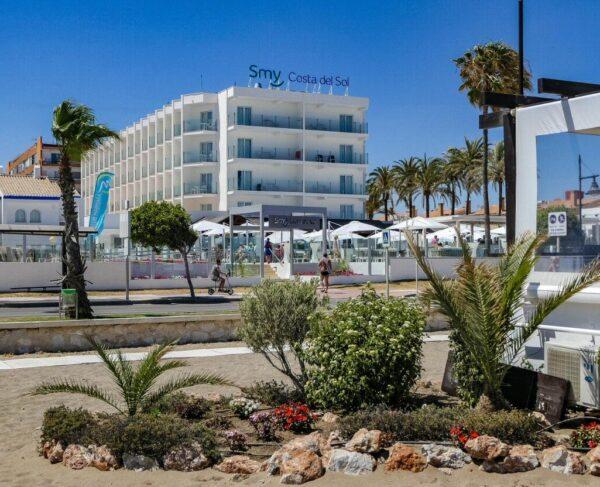 Hotel Smy Costa del Sol desde la playa de El Álamo en Torremolinos