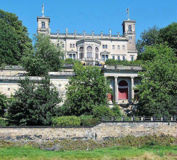 Palacio a orillas del río Elba en Dresde en Alemania