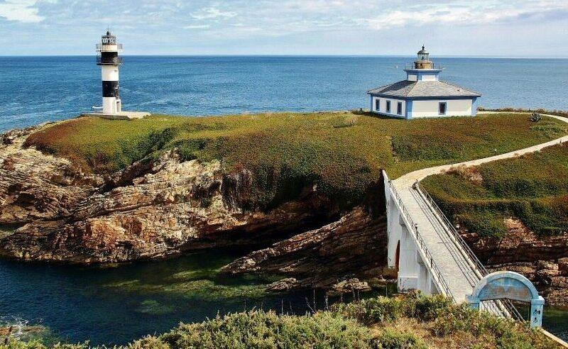Faro de la isla Pancha en Ribadeo en Galicia