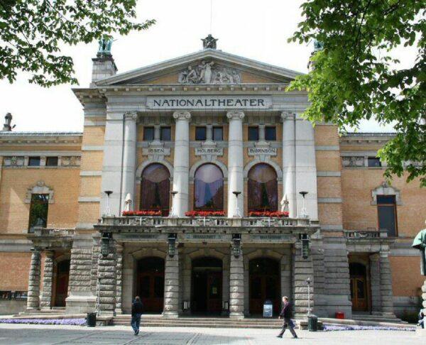 Teatro Nacional en el centro de Oslo en Noruega