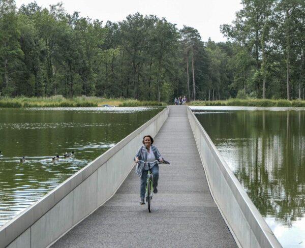 Ciclismo a través del agua en Bokrijk en Genk