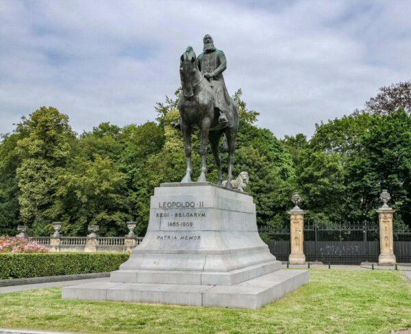 Estatua ecuestre de Leopoldo II junto al Palacio Real en Bruselas