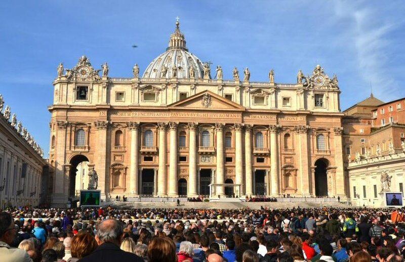 Plaza de San Pedro en el Vaticano en Roma