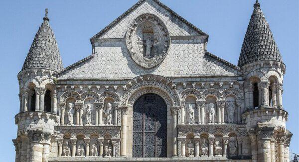 Iglesia románica de Notre Dame en Poitiers al oeste de Francia