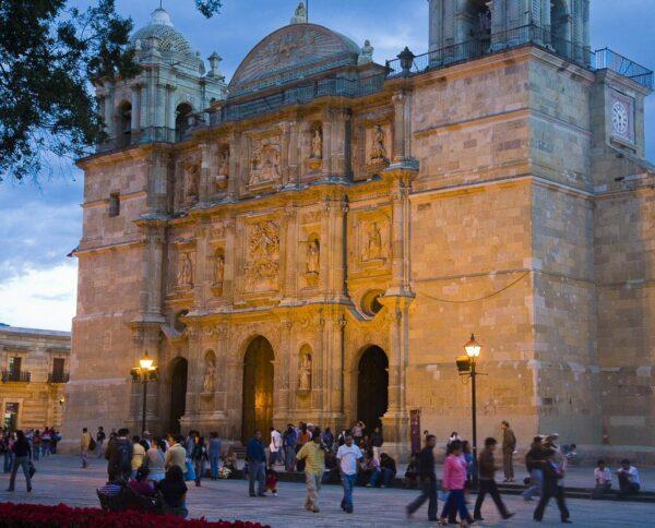 Catedral de Oaxaca en la plaza El Zócalo en México