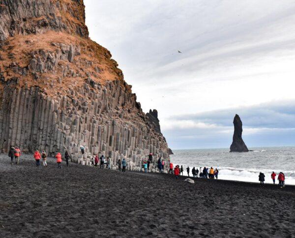 Formaciones basálticas en Reynisfjara en Islandia