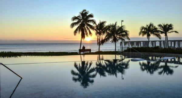 Amanecer en Infinity Pool del TRS Yucatan Hotel en Riviera Maya