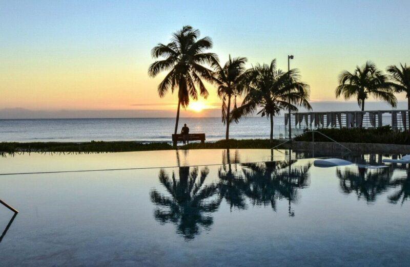 Amanecer en Infinity Pool del TRS Yucatán Hotel en Riviera Maya