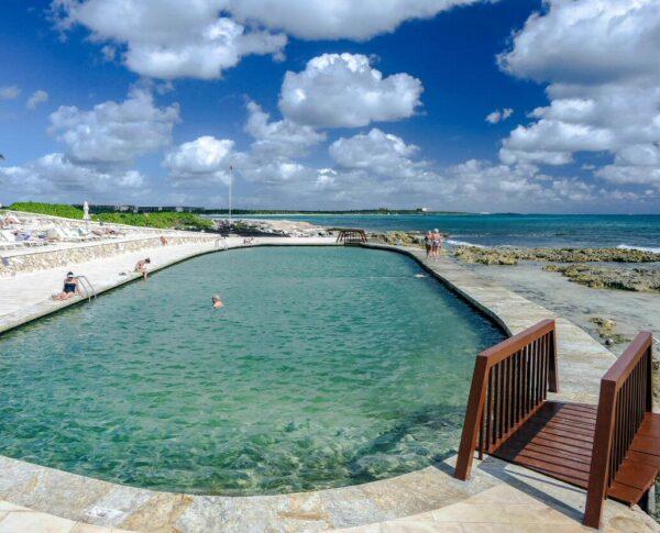 Piscina salada en TRS Yucatan Hotel en Riviera Maya