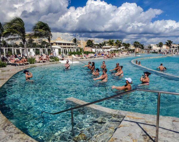 Actividades en la piscina en TRS Yucatan Hotel en Riviera Maya